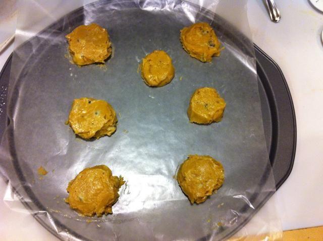 Consejo: sumergir una cuchara en agua para dar forma a la masa y dar las galletas de una forma más circular.
