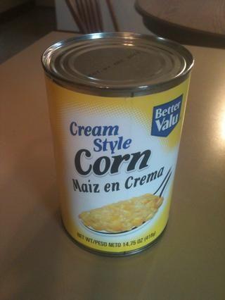 Vierta uno puede crema de maíz en un tazón