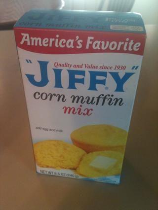 También añadir un paquete mezcla para muffins de maíz (santiamén es el mejor)