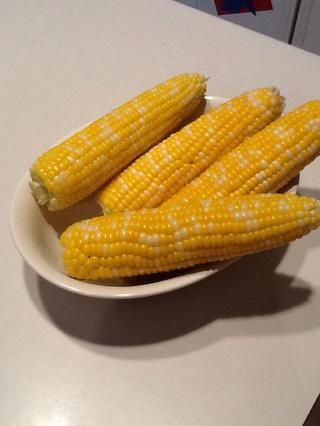 Retire del horno y maíz de pelar la cáscara. Usted se sorprenderá de lo rápido y sin esfuerzo puede quitar todo! Usted nunca va a hervir de nuevo! Sazone con mantequilla, sal y pimienta. Servir y disfrutar!