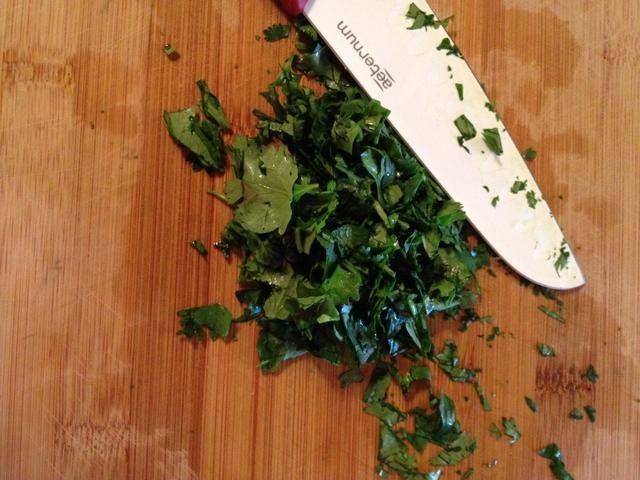 Finamente cilantro chuleta de añadir a la mantequilla
