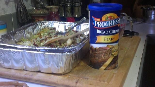 Añadir el pan rallado a la mezcla de pan de maíz lentamente