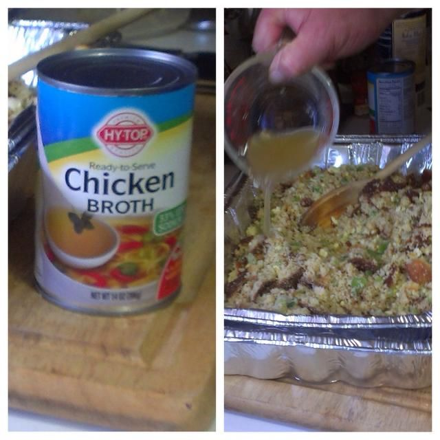 Añadir el caldo de pollo a la mezcla de pan de maíz