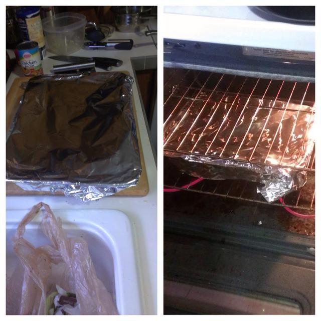 Cubra el plato bakig con papel de aluminio y colocar en horno precalentado