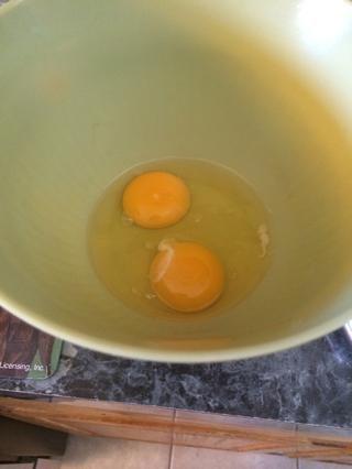Ahora tome sus 2 huevos y añadirlos a otro recipiente