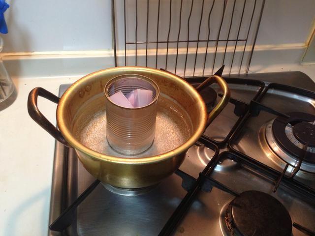 Coloque la cera en una lata y en una olla de agua hirviendo para derretir la cera.