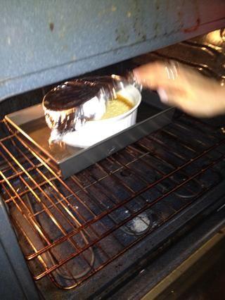 Compruebe en flan después de aproximadamente 45 minutos- de la crema es shakey entonces ISN't done