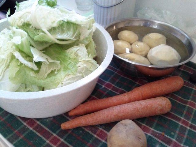 Pelar y cortar las patatas, zanahorias y nabos.