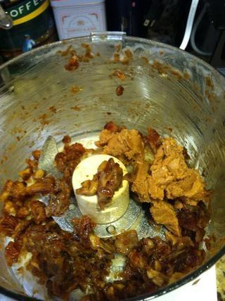 Raspe los costados del procesador de alimentos. Añadir la mantequilla de maní y reanudar la mezcla hasta que quede suave.