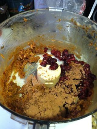 Agregue el polvo de cacao y arándanos secos y continuar la mezcla hasta que los arándanos son picados más o menos.