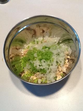 Agregar el apio y la cebolla. Si quieres una ensalada de pollo dulce, castañas de agua sustitutos para las cebollas.