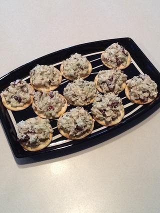 Servir en las galletas y disfrutar! (También haría un gran sabor en el pan o un rollo como un sándwich!)