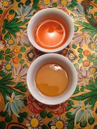Agregar la miel y agua de azafrán y Stevia. También puede utilizar una taza de azúcar en lugar. Depende de lo dulce que lo desee. Para hacer la rutina agua de azafrán 1/2 cucharadita de hebras de azafrán y añadir 2 cucharadas de agua hirviendo