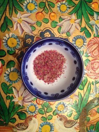 Añadir la mitad de los pétalos de rosa