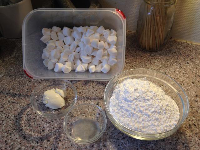 Nunca he trabajado con pasta de azúcar y mucho menos trató de hacerlo. Así que después de buscar en diferentes recetas que decidí hacerlo con malvaviscos. He añadido el jugo de limón y crema de queso para ir con la torta