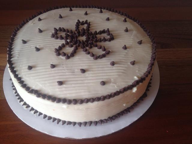 Decorar el pastel y conservarlo en la nevera. Tome el pastel unos 30 minutos antes de servir!