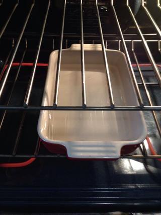 Añadir agua hirviendo a una sartén.