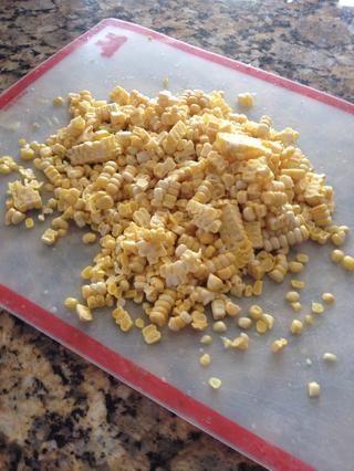 Una vez que las verduras son cerca de la marca de 10 minutos, añado maíz fresco. Dos orejas ..si usted no tiene maíz fresco luego añadir aproximadamente 1 1/2 taza de helado en la final de la cocción