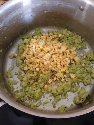Agregue su maíz fresco y saltear verduras junto secundarios