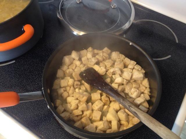 Cuando el pollo esté completamente cocido retirar del fuego.