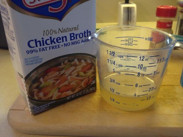 Añadir en la tercera taza de caldo de pollo.