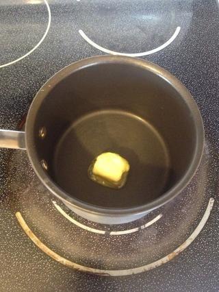 Mientras tanto derretir 2 cucharadas de mantequilla.