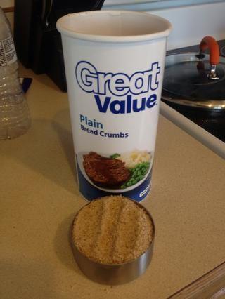 Mida 1/2 taza de migas de pan secas finas.