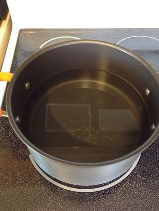 Llena tu olla con agua y llevar a ebullición a fuego alto.