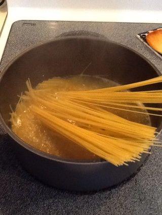 Añadir pasta cabello de ángel y cocinar 4 minutos a fuego medio.