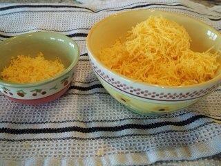 Mientras que su espera rallar el queso dejar una pequeña porción de un chillón.