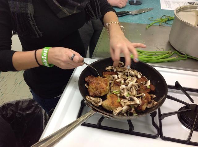 Transferencia de setas y cebolla bajo el pollo.