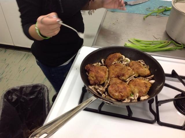 Listo para cocinar. Una vez que el pollo esté cocido, lo saca de la sartén y cocinar las setas y cebollas.