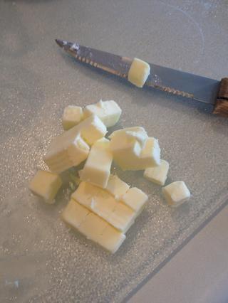 Cortar la mantequilla.
