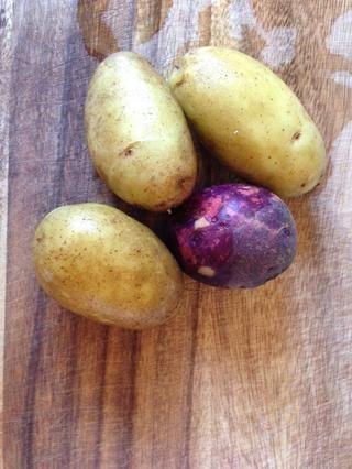 Scrub (usando un cepillo) y lavar bien las patatas. Utilice 1 pequeña o media de una papa grande por persona. Utilice cualquiera de papa variedad de hornear, como Russet, Viking, o Yukon Gold. En la foto: púrpura Vikingo y Yukon.