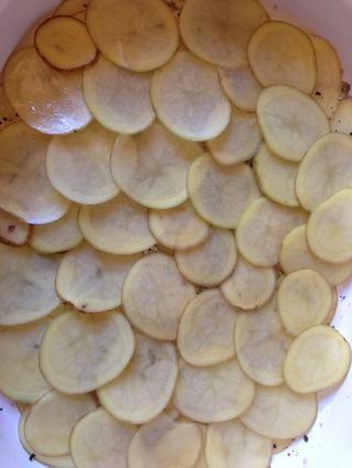 Repita con la segunda y tercera capa de patatas.