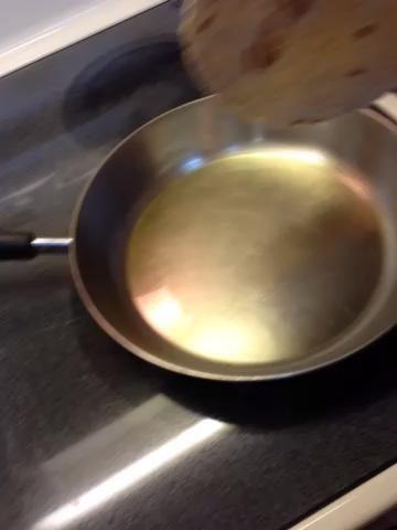 Caliente el aceite a medio-alto. Observe atentamente. Coloque tortilla doblada suavemente en aceite. En menos de un minuto lo hará ligeramente marrón y estar listo para girar.