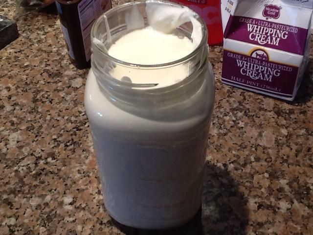 Verter la crema de leche en tarro.