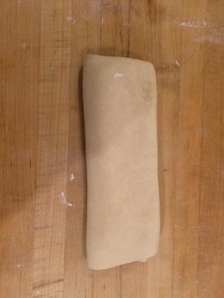 Una vez que el tercer pliegue es completa su tiempo para hacer los croissants. Finalmente extender la masa de vuelta a 10x7x1 / 4