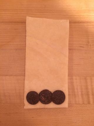 Añadir tres rondas de chocolate negro a una de las bases