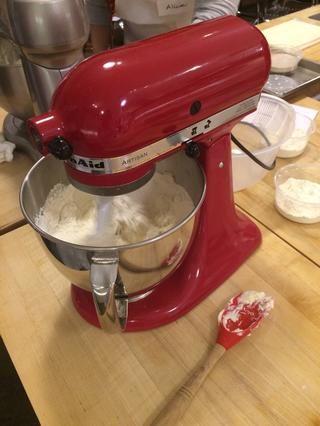 Añadir la mantequilla en cubos extra y y mezclar a baja mediano hasta que se rompa la mantequilla en trozos pequeños