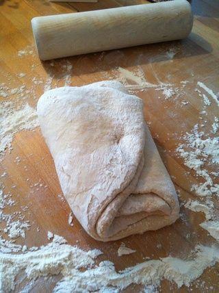 Dobla en como este para hacer tres capas de mantequilla y masa.