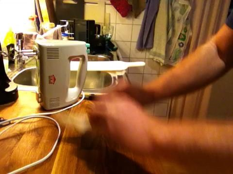 Aquí es un clip que muestra cómo a rodar y al mismo tiempo tratando de estirar la masa un poco.