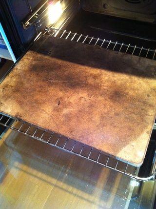 Yo prefiero tener una canica (cualquier piedra) tablero colocado en el horno para que el pan se cocina directamente sobre una superficie caliente que almacena algo de calor. No es necesario, pero da una corteza más agradable para todos los panes.