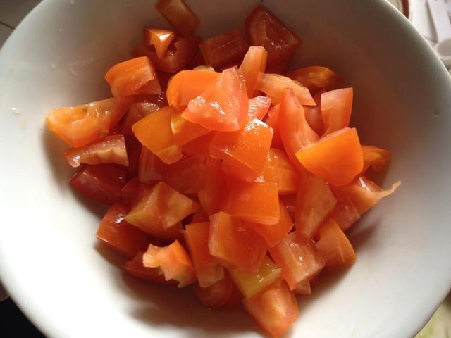 Tome las semillas y cortado en dados los tomates