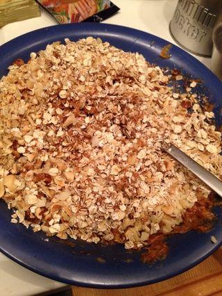 Añadir la harina de avena y las nueces picadas en la mezcla.