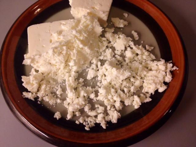 Desmenuzar el queso feta ...