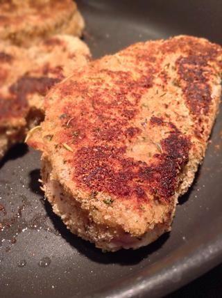 Cocine cada lado durante unos 3-5 minutos o hasta que se ve empanado con costra.