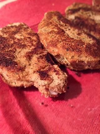 Coloque las chuletas de cerdo de nuevo en el plato para hornear 9X13 y hornear durante 15-20 minutos.
