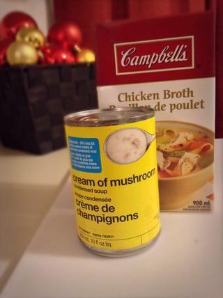 Mientras que sus chuletas de cerdo están en el horno agarrar una cacerola pequeña y mezclar el caldo de pollo y sopa de champiñones condensada. Hasta que hierva. Lo siento, don't have a picture of it I completely forgot!