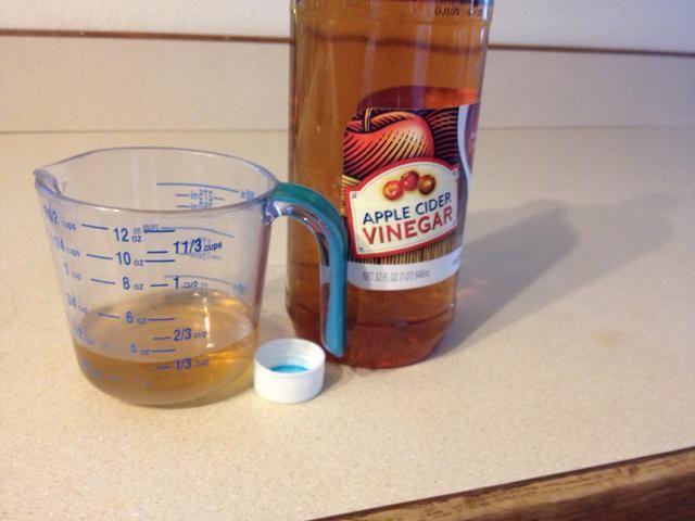 Mida 1/3 taza de vinagre blanco o sidra.